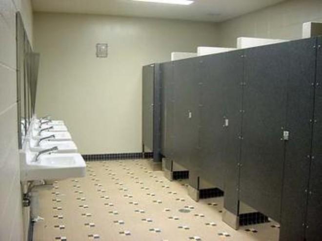 O femeie a născut într-o toaletă a unui fast-food. Oamenii legii au intrat pe fir