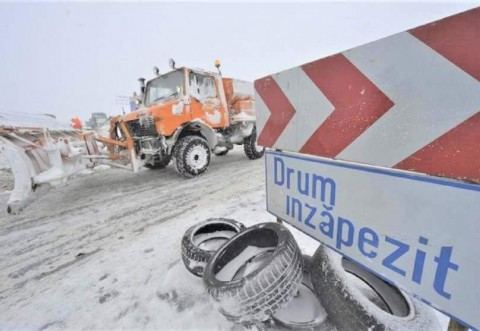 Circulaţie închisă pe mai multe drumuri naţionale, din cauza ninsorii