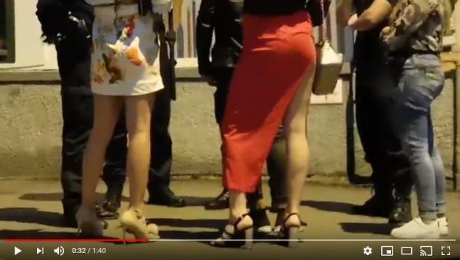 VIDEO Doi travestiți au fost rupți în bătaie într-un club de manele din Sibiu