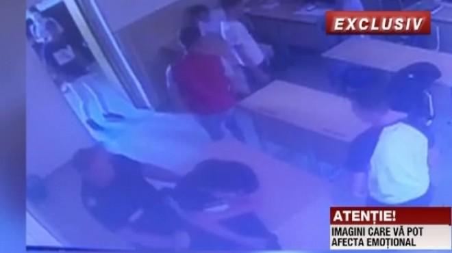 Imagini şocante surprinse într-o sală de clasă. Un elev este bătut de un jandarm sub ochii colegilor VIDEO
