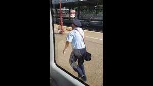 Calatorii au inceput sa rada si sa filmeze! Controlorul trenului București-Târgoviște, uitat pe peronul din Gara de Nord