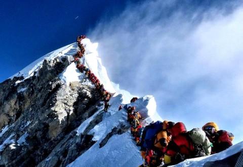 Număr record de alpinişti pe vârful Everest, în 2019. Unii și-au pierdut viața, din cauza supraaglomerării