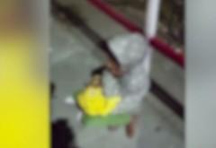 Imagini cutremurătoare în Costineşti cu copii obligaţi să cerşească. SUnt pusi sa doarma pe cartoane, iar banii sunt stransi in cutii de pizza - VIDEO