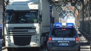 Șoferi români, găsiți cu oameni aproape înghețați într-un TIR frigorific