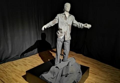 Hainele purtate de un revoluţionar împuşcat în cap în 1989, expuse în premieră