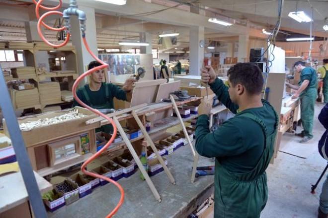 Românii muncesc până la 59 de ani, după care îi lovesc bolile