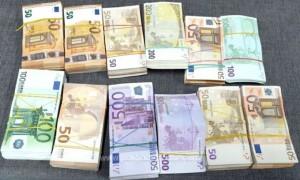Femeie prinsă la vama Giurgiu cu 240.000 de € lipiți de corp. Ce voia să facă cu ei