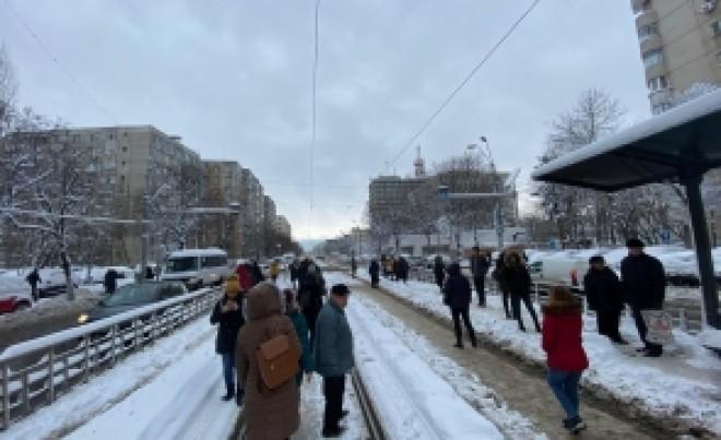 Este JALE în București: ISUBIF intervine pentru copaci rupți, semafoare și stâlpi care au căzut