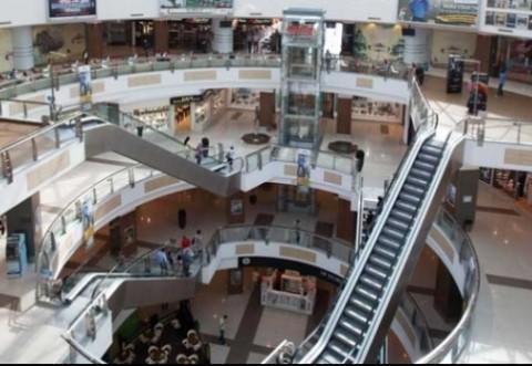 O femeie suspectă de coronavirus a fost preluată dintr-un mall din Bucureşti
