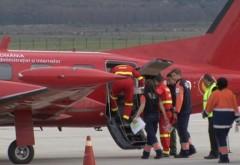 Bebeluş de 6 luni transportat cu avionul la spital, după ce oala cu bulion încins a căzut peste el
