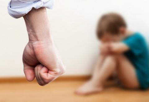 """Cum a ajuns o copilă de 10 ani """"jucăria sexuală"""" a unor bătrâni"""