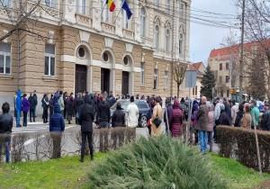 Scene halucinante la Tribunalul Bihor în pandemie: 305 persoane care ar fi dat mită citate la aceeași oră