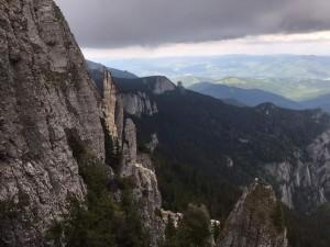 Alertă maximă: s-a prăbușit o parte din Muntele Ceahlău! Stânca de sute de tone a spulberat poteca turistică de la Cabana Dochia
