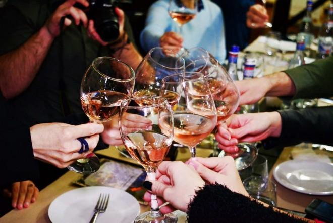 Sunt şi românii fruntaşi la ceva: este incredibil ce cantităţi de vin se consumă la noi!