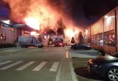 Incendiu de proporții în Parcul Tetarom, în Cluj-Napoca, fumul este vizibil în tot orașul. Oamenii, sfătuiți să stea în case