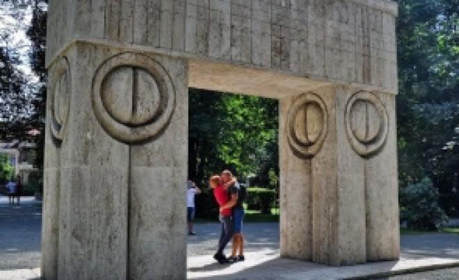 Vești PROASTE pentru cupluri: S-a propus interzicerea căsătoriilor la Poarta Sărutului