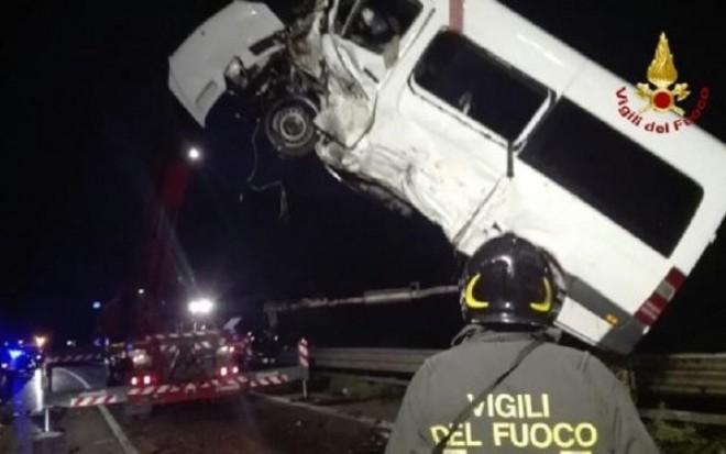 Opt romani au fost raniti, iar un italian a murit intr-un accident rutier grav produs in nordul Italiei
