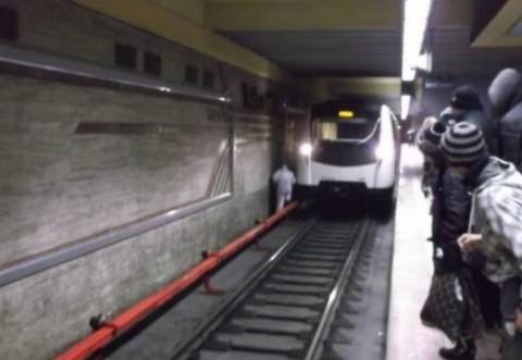 Primele imagini cu momentul în care un bărbat a vrut să se sinucidă la metrou - VIDEO