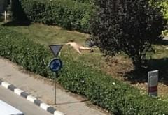 SCENE INCREDIBILE! Imaginile cu o tânără care făcea plajă GOALĂ COMPLET în fața unei instituții publice au fost postate de Jandarmerie