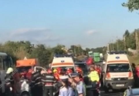 IMAGINI CUMPLITE/ Drum Național BLOCAT din cauza unui grav accident: Un autocar e implicat, o persoană a murit