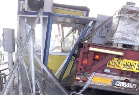 Un TIR cu numere de Prahova a distrus o cabină de la stația de taxare Fetești