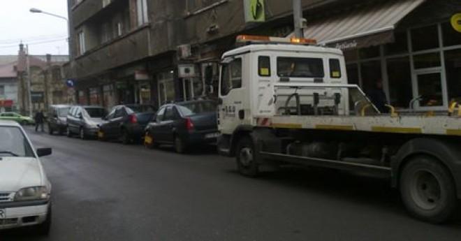 Ploieşti: Proiect pentru ridicarea maşinilor parcate aiurea. Vezi cât ar urma să plătească şoferii!