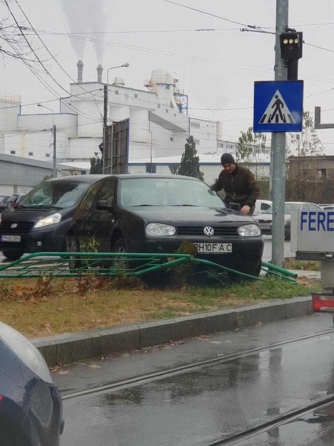 O soferita a ajuns cu masina pe spatiul verde, la intersectia de la Nord