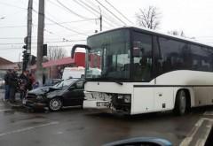 Accident la Scorteni, intre un autoturism si un autobuz care transporta angajati ai Parcului Industrial Ploiesti