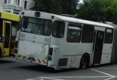 PERICOL public! Doua anvelope ale unui autobz TCE au explodat in mers, in Cartier Albert. Doua persoane ranite