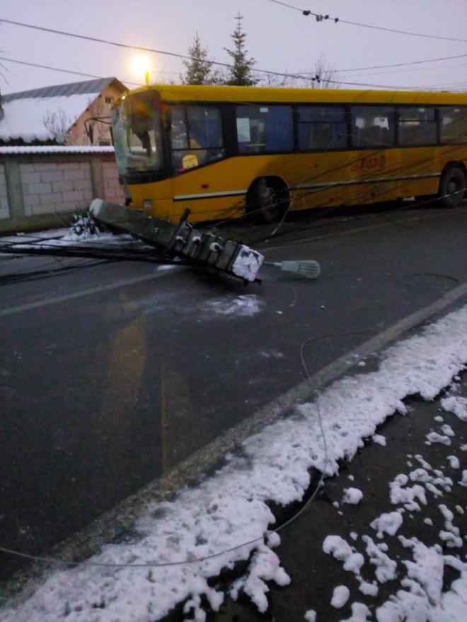 Accident la Brazi. Un autobuz a rupt un stalp de electricitate