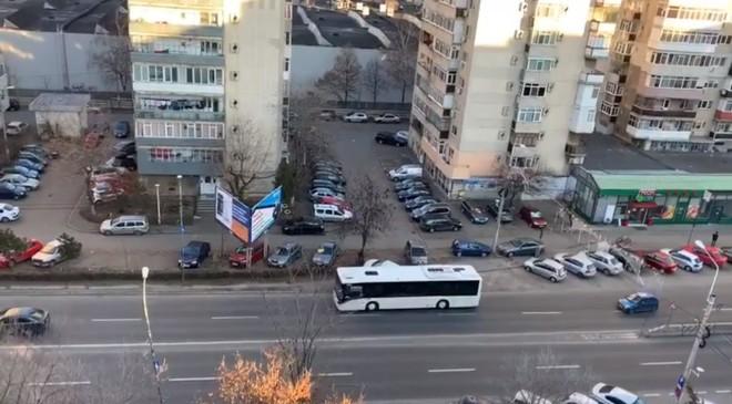 Un autobuz abia cumpărat de Primăria Ploiești n-a mai putut să urce podul de la Gara de Sud! VIDEO AICI