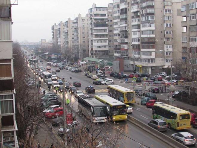 Blocaj de masini de la Gara de Sud pana in Bariera Bucuresti. Un autobuz a ramas in pana pe pod
