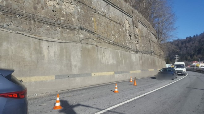Atentie, soferi! Pe DN1 la Busteni cad bucati din zidul consolidat. O masina a fost avariata