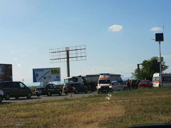 Accident cu DESCARCERARE la intrare in Ploiesti, langa Lukoil. 3 masini implicate