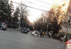 Accident pe Soseaua Nordului. Doua masini implicate, una s-a rasturnat