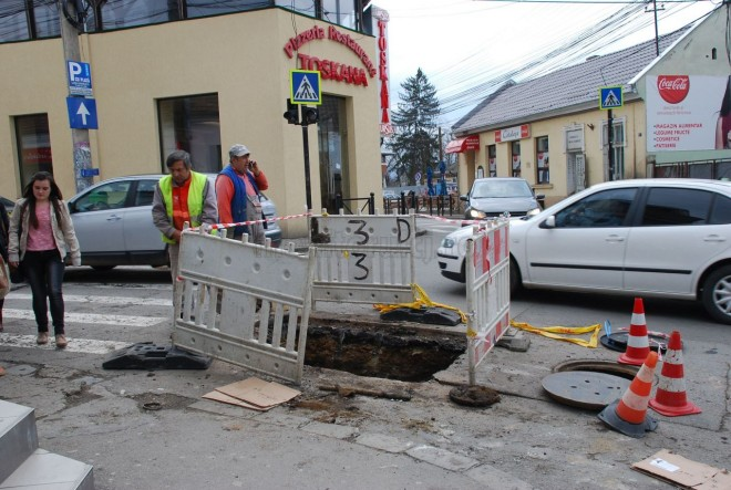 Atentie, soferi! O strada din Ploiesti va fi sparta de muncitorii de la gaze. Se recomanda ocolirea zonei