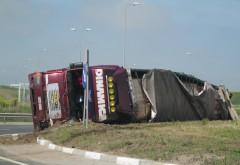 Accident pe Centura de Vest. Un camion plin cu cherestea s-a rasturnat, azi noapte
