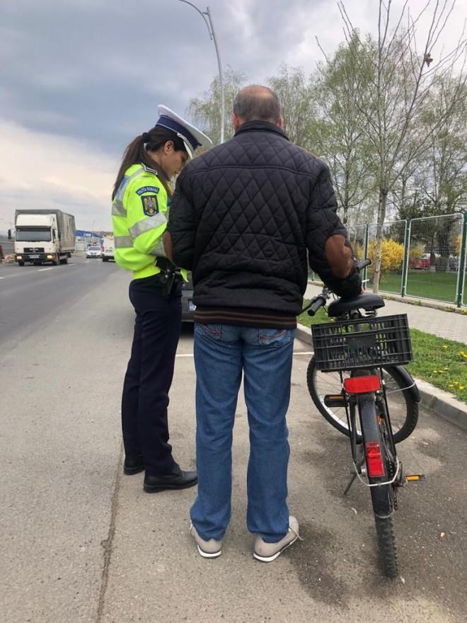 Biciclistii sunt opriti in trafic, astazi, in mai multe localitati din Prahova