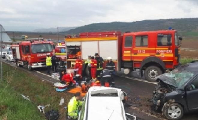 ATENȚIE, IMAGINI ȘOCANTE Sunt doi morți și un rănit, după ce două mașini s-au făcut praf pe DN1: Circulația e BLOCATĂ