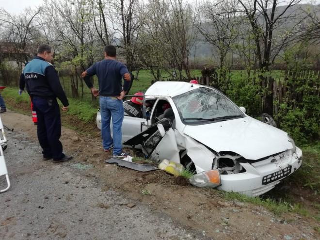 Accident grav la Varbilau. O masina s-a izbit de un cap de pod din neatentia soferului care vorbea cu pasagerii din spate