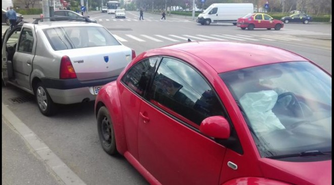 Accident in Ploiesti, la intersectia Lupeni-Stefan cel Mare. O masina s-a rasturnat