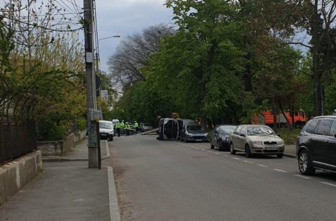 "Accident in Ploiesti in ""intersectia prostilor"", 13 Decembrie - B.P. Hasdeu. O masina s-a rasturnat"