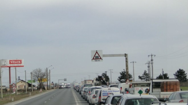 Coloana de masini pe DN1, la Movila Vulpii. Bariera de la linia ferata s-a defectat, trafic dirijat