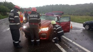 Accident pe DN1, la Nistoresti. O masina s-a rasturnat din cauza apei de pe carosabil