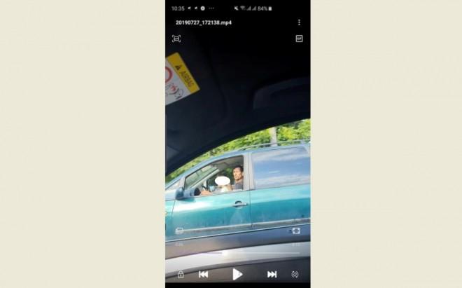 Copil filmat la volan, pe DN 1, la Bărcănești. Șoferul care a reclamat totul, pus pe drumuri de polițiștii care au preluat apelul la 112