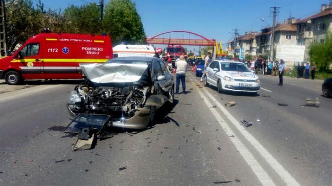 Accident pe DN1, la iesire din Puchenii Mari. Trei masini implicate, 5 victime