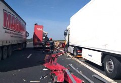 ALERTĂ pe A1 - Șoferul unui TIR a fost SPULBERAT de un autotren, după ce oprise pe banda de urgență