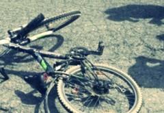 Accident stupid in Ploiesti. Un biciclist a cazut dupa ce s-a aplecat dupa borseta, in zona UPG. Tanarul a fost luat cu salvarea
