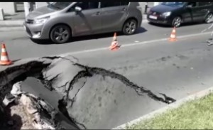 Urmeaza si la Ploiesti, cat de curand! Imagini IREALE în București - O mașină a fost 'înghițită' de asfalt, după ce s-a surpat strada - VIDEO