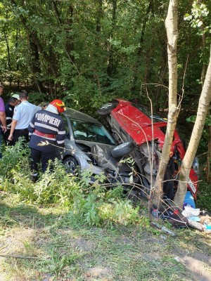 Accident grav pe DN1, la Pucheni. Doua masini s-au rasturnat, o victima este incarcerata